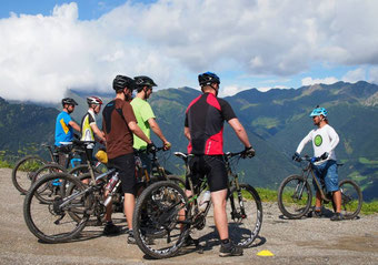 Verbessern Sie Ihre Fahrtechnik auf dem e-Mountainbike bei einem Training mit HappyTrails in München West