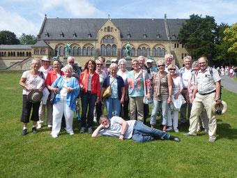 Eine Gruppe des GHV mit ihrem Stadtführer Herr Moritz vor der Kaiserpfalz in Goslar