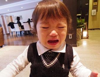 大泣きする子供