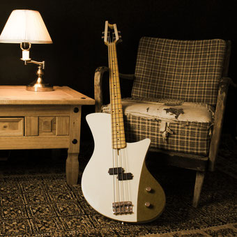 4 string modern retro p style basshandcrafted in germany with tweed control plate. slotted headstock, maple neck and spuce body. This bass is so light! it weighs 2,7kg