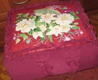 Вышивка крестиком использована в оформлении пуфика.