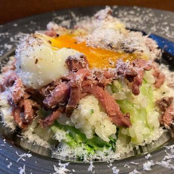 ✦ ローストビーフと半熟卵とブロッコリーのカルボナーラ風リゾット 白トリュフ風味 1,290円(税込)