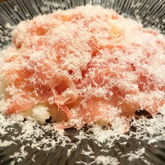 ✦ 生ハム(スペイン産ハモンセラーノ)と削り立てグラナパダーノチーズのリゾット990円(税込)