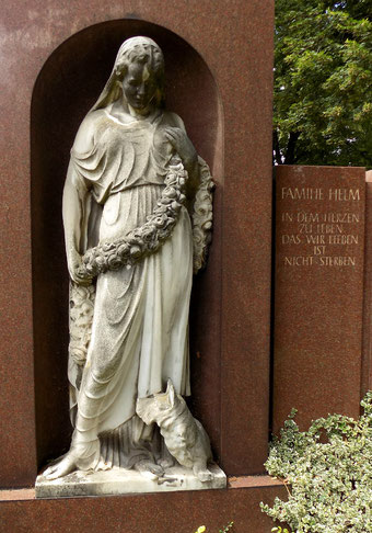 Dame mit Hund Trinitatisfriedhof Hempel Bild: Susann Wuschko