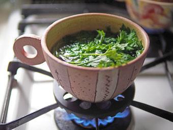 火にかけられるスープカップ