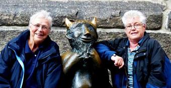 Zwei Engelchen mit dem Teufelchen...vor der Marienkirche in Lübeck