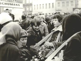 Weihnachtsmarkt 1981 in Radeberg. Solidaritätsbasar mit Bauchladen