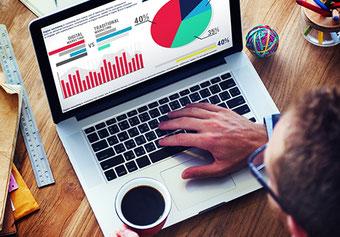 student vor laptop mit statistik