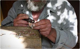 Manfred Porath beim bearbeiten der Rohgüsse von den Axt Anhängern der Axt Collection