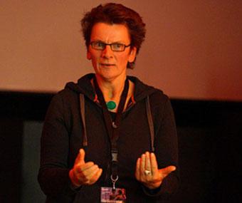 Micha Schöller von AGIT in Tübingen empfiehlt Andrea Brummack