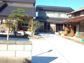 田中療術院庭と駐車場