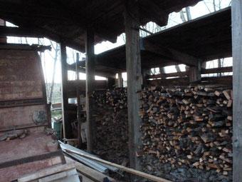 Rangement du bois autour du Four