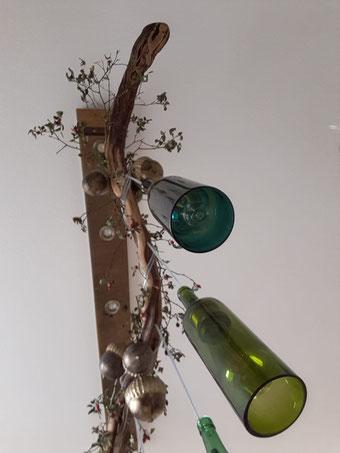 Herbstlich dekorierte Rebstocklampe mit Fassdaube und unterschiedlichen Weinflaschen. Die Fassungen sind aus Messing.