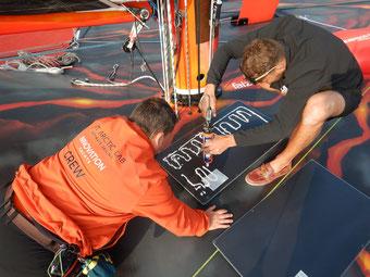 Die Solaranlage hat mit acht Solarmodulen der SOLARA M-Serie eine hohe Leistung. Dies garantiert die Ladung der Batterien durch die Solarmodule mit leistungsstarken Solarzellen. Die Solarpanele werden einfach auf dem Bootsdeck flach aufgeklebt.