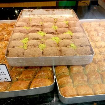 baklava im Schaufenster Bäckerei Istanbul