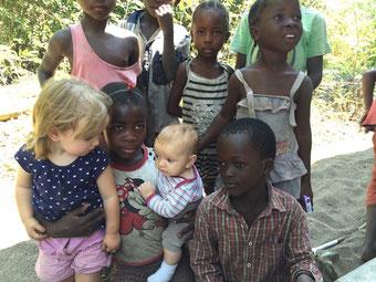 Mia und Leo mit Kindern aus Matema