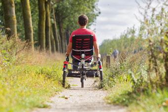 Zufriedener e-motion Kunde auf dem Easy Sport Dreirad von Van Raam