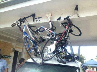 beschädigte Rennräder durch Dachtransport Unterführung