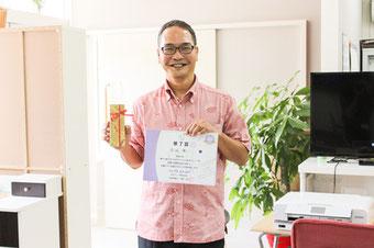 記念品と修了書を持っている卒業生の画像