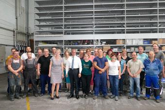 Brandenburgs Wirtschaftsminister Albrecht Gerber und die Belegschaft der OFB Oberflächenbearbeitung Kimax GmbH
