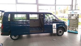 Ein VW T5 wartet beim Autohaus Trompeter auf seinen Ausbau zum Campingbus