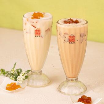 手づくりのお茶ゼリーをトッピングした 『 紅茶ゼリーミルクティー 』 と 『 愛玉ジャスミンミルクティー 』 の新作アレンジティー2種。