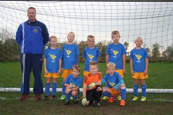 Die F-Jugend am 25.10.2014 vor dem Punktspiel beim SV Engerhafe, das äußerst unglücklich mit 2-3 verloren ging.