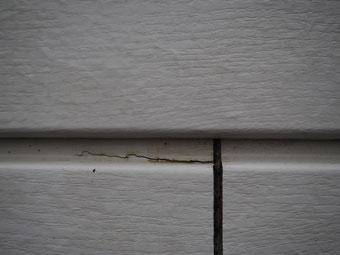 point singulier : aboutage entre deux lames => l'eau est absorbée par l'extrémité de la lame qui offre son bois de bout ; l'effet est accentuée dans ces zones par rapport aux rainures longitudinales