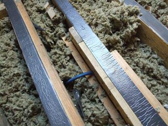 gaine électrique pincée entre entrait bas de fermette et pièces de bois de renfort.