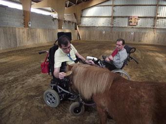 Eric pendant une séance de thérapie avec le cheval : caresses, tendresse et attention