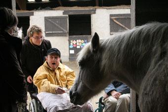 Moment d'émotion en thérapie avec le poney.