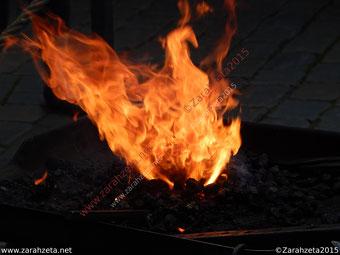 Alternativer Foodblog mit Feuer über dem Grill