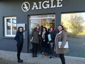 5 employées de chez AIGLE devant la porte d'entrée pour APIzone