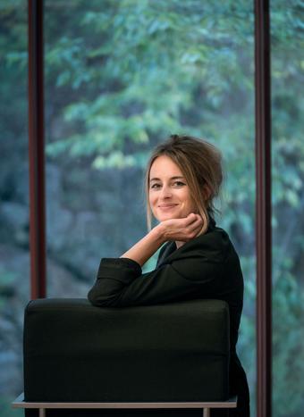 Das Bild zeigt die Autorin Teresa Präauer in die Kamera lächelnd.