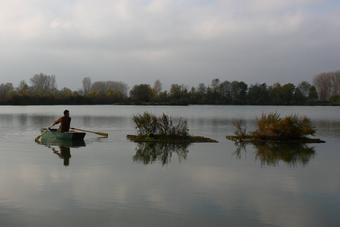 Begutachtung des Floßes per Boot (alle Fotos: Elfriede Feicht)