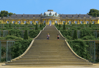 Schloss Sanssouci (Quelle: https://commons.wikimedia.org/wiki/File:P1190390_Potsdam_sans_souci_rwk-2.jpg, Mbzt [CC BY-SA (https://creativecommons.org/licenses/by-sa/3.0)]).