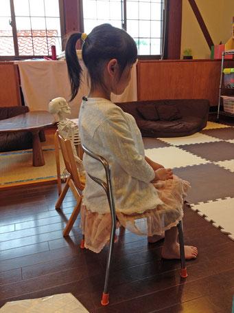 愛知県名古屋市、刈谷市にて筋膜リリースと五感にアプローチして体のバランスを整えるロルフィング®を女性施術者ロルフィング®705茂利尚子が提供しております。正しい体の動かし方などの動作教育のレッスンを赤ちゃんからお年寄りまで指導しています。子どものバレエ及びサッカーなどのスポーツ、ピアノなどの楽器演奏で伸び悩む体についての悩み解決もご好評いただいております。 保育園、幼稚園など教育機関への出張指導及び講演も行っております。