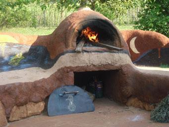 ein Pizzaofen mit Sitzbank