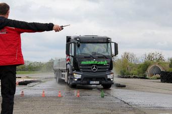 Fahrsicherheitstraining FaSi LKW-Fahrtraining Gleitfläche Ausweichen Bremsen Antos Mercedes Daimler Atlas Pritsche Kegel Pylone