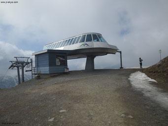 Sesselbahn Sareis, Bergstation (2.000 Meter): Während Mona auch nach Ihrer Fahrt Fotos knipst, nähere ich mich dem Panorama von hinten. Zuvor hatte ich mich einer Schweizer Bergsteigergruppe angeschlossen und 400 Höhenmeter zu Fuß zurückgelegt...