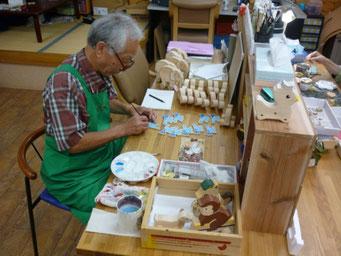 磨き、絵付け、包装、彫り物を行っています。