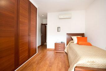 4. Schlafzimmer mit Blick zum Eingang und Bad