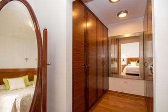 Ankleidebereich mit Einbauschränke und Spiegel