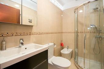 Bad  4. Schlafzimmer mit Dusche, Waschtisch, WC und Bidet