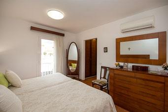 Dank bodenhohen Fenstern ist das Zimmer sehr hell und großzügig aufgeteilt.