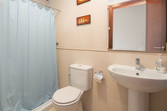 Bad mit Wanne, Waschbecken und WC im UG