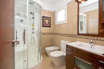 Bad 3. Schlafzimmer mit Massagedusche, Waschtisch, WC und Bidet