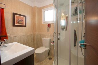 Bad mit Waschtisch, WC, Massagedusche