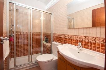 Bad vom 5. Schlafzimmer mit extra breiter Dusche, Waschtisch und WC.