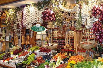 Markthalle, Stand mit allerlei Obst und Gemüse